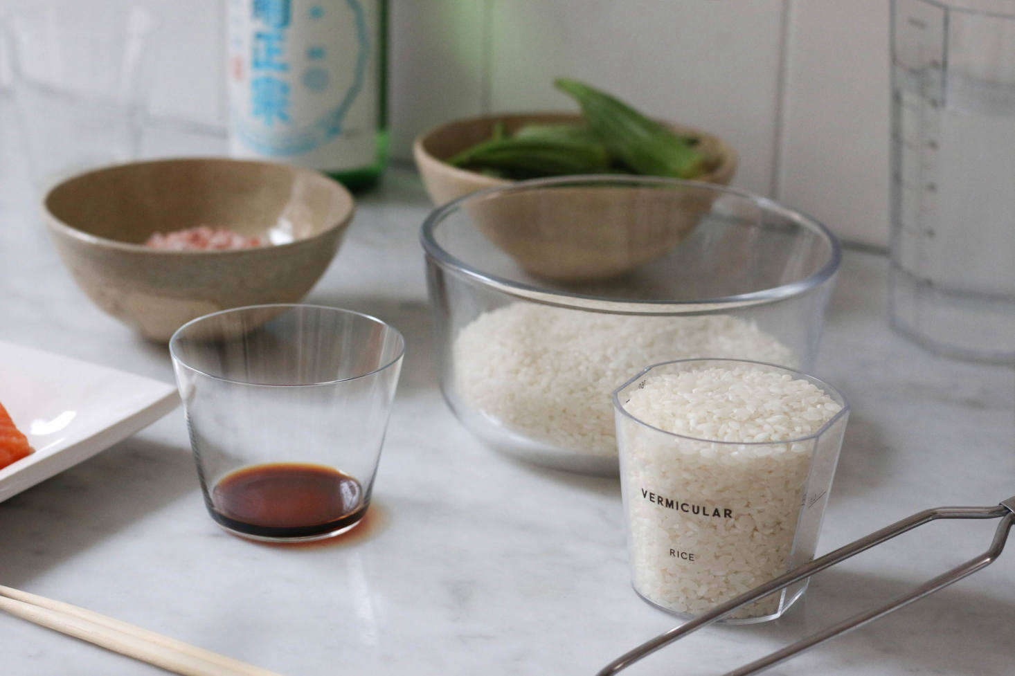 Rinsing the rice before cooking is key. Measure out 3 cups (540 ml) of plain white rice and rinse using a mesh strainer before adding to the pot; then add the 5ml of water.