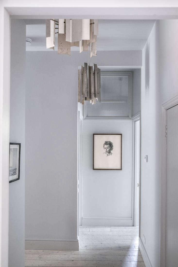 A vintage Italian pendant light hangs in the hallway. &#8
