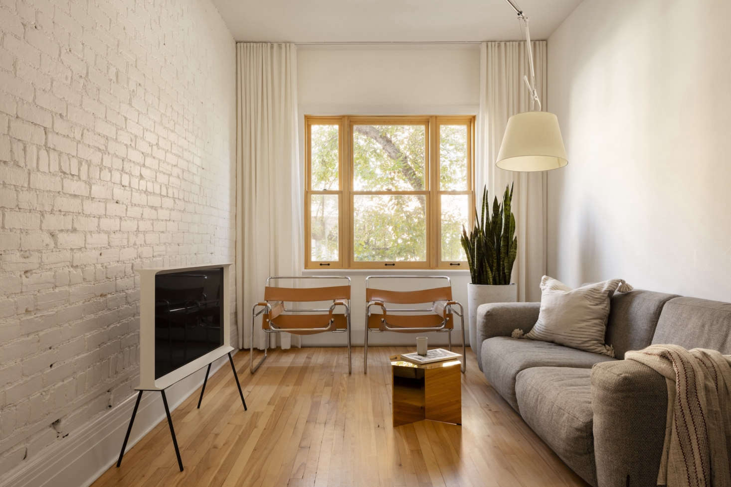 The simple living room, with a Serif TV by the Bouroullec brothers for Samsung. The couple chose Sherwin Williams&#8