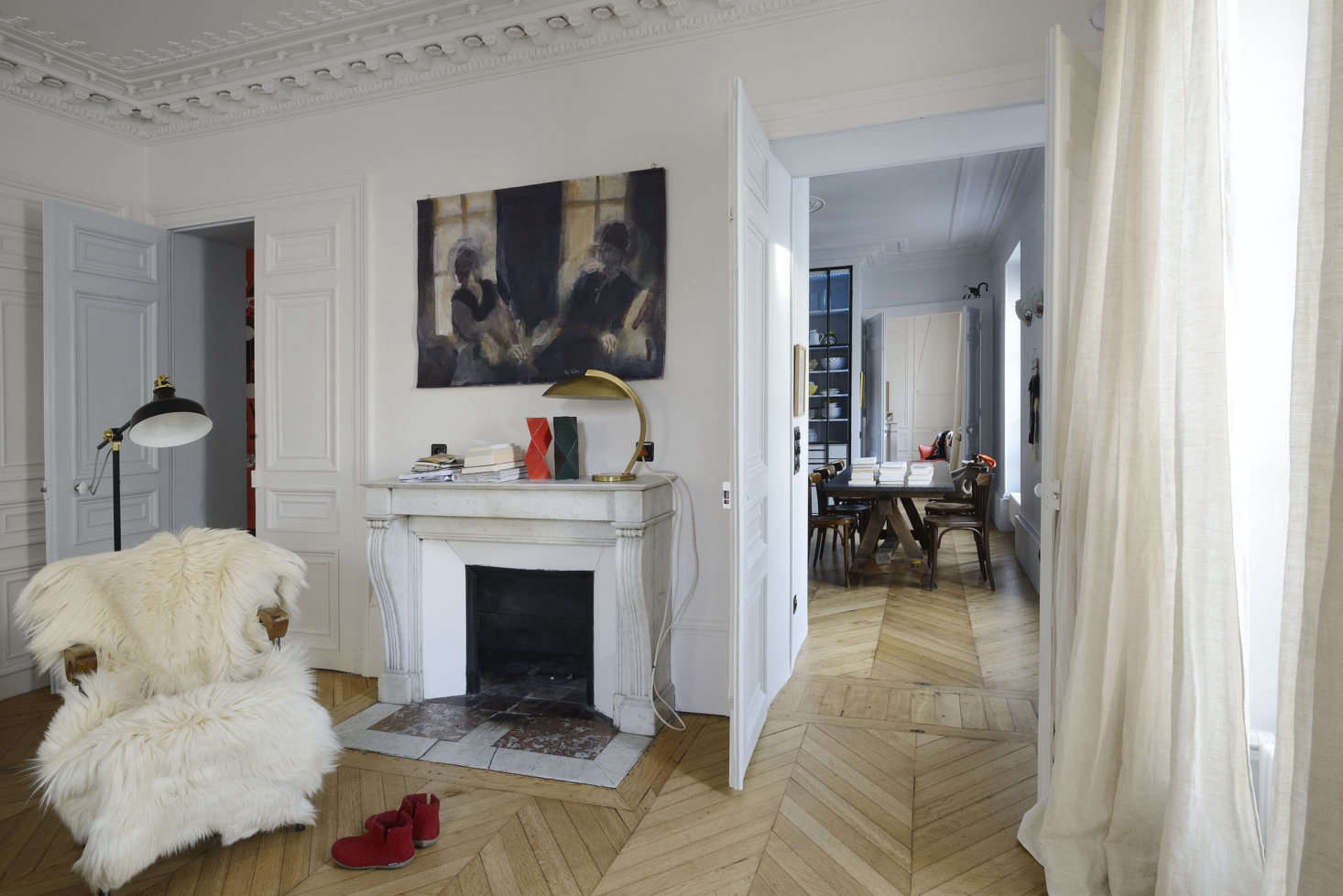 The apartment occupies the third floor of a grand th-century Parisian building in the center of Paris. Linde and Saalburg divided the layout into three zones: the living area in the center with the parents&#8