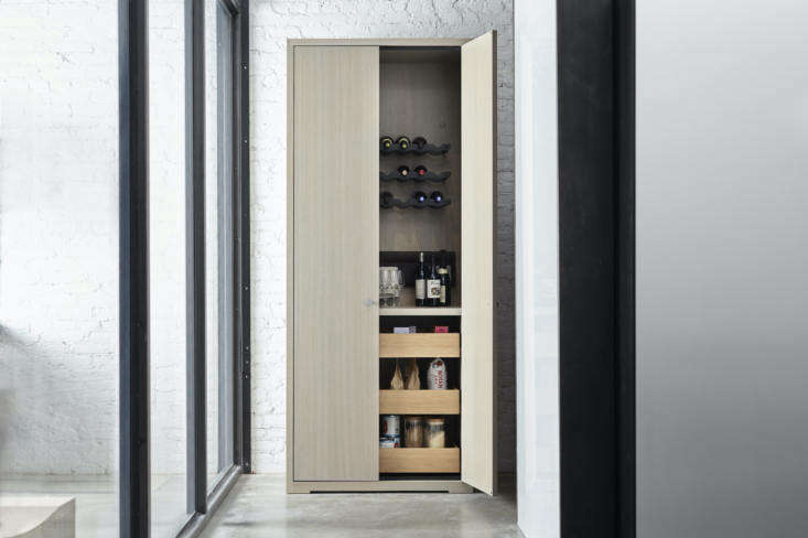 Another possibility? The Passage Armoire as wine closet and pantry, thanks to the functionality of Opencase, which allows for the storage of wine bottles, too. The armoire also comes in fixed depths and widths, with the option of a single rather than double door, and adjustable heights.