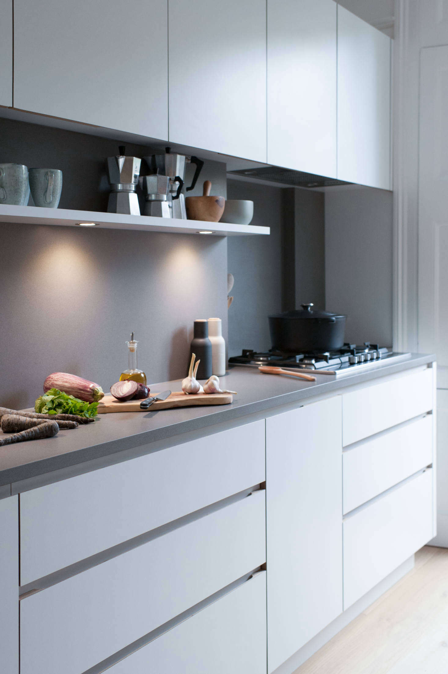 The counters are Silestone in Gris Expo, as are the backsplashes (with a suede finish). The five-burner cooktop is by Siemens and the under-cabinet extractor is the Weston Cache 700. Note the integrated under-shelf lighting: for tips on recessed lighting, read our Expert Advice from Architect Oliver Freundlich.