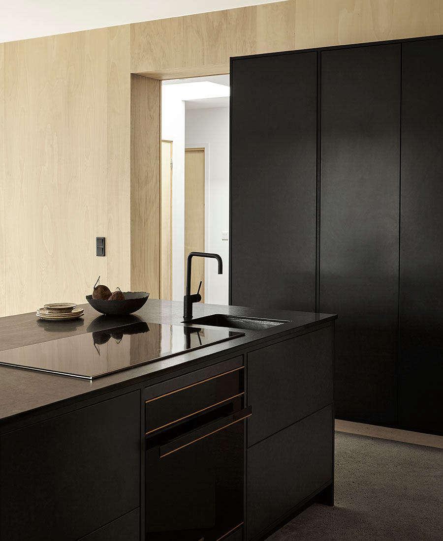 A black Smeg Dolce Stil Novo oven adds to the kitchen&#8