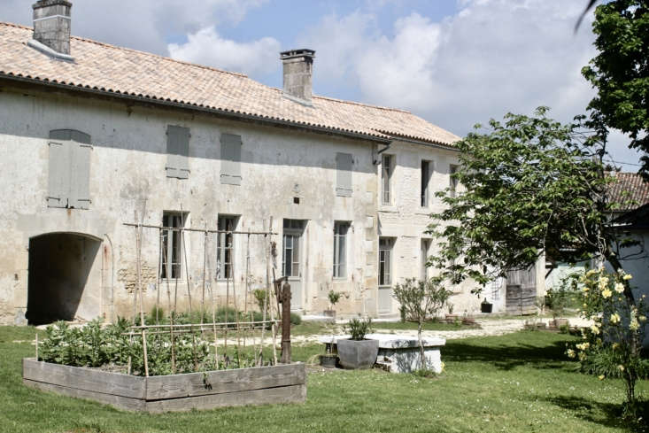 Known as a Charentaise, the early th-century building pre-dates the house and is constructed of whitewashed local limestone. It was originally lived in by a multigenerational family of farmers who worked in the vineyards of Cognac. The attached stable, behind the vegetable garden, is the couple&#8
