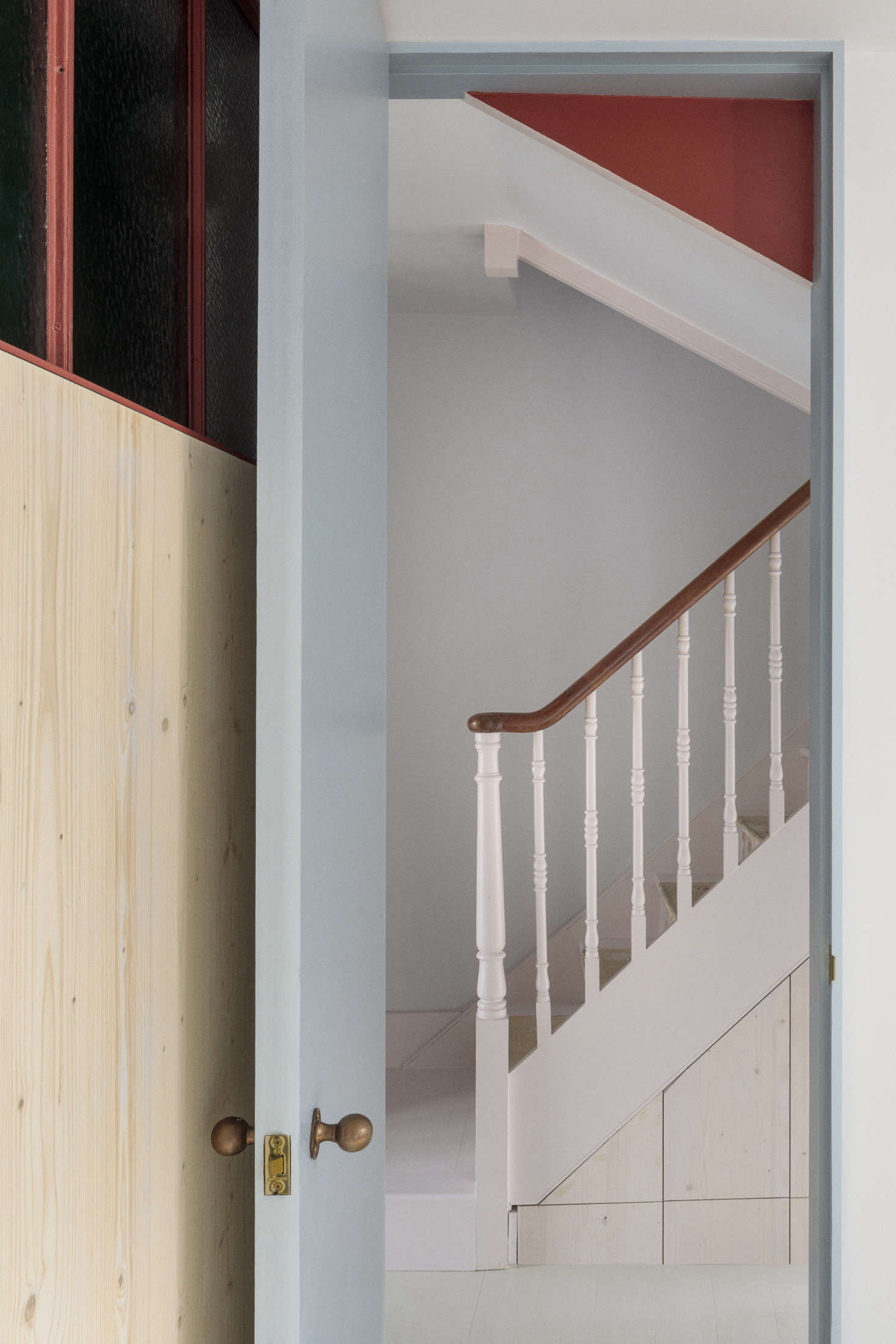 The gray line continues on the doors. Storage is elegantly inserted under the stairs.