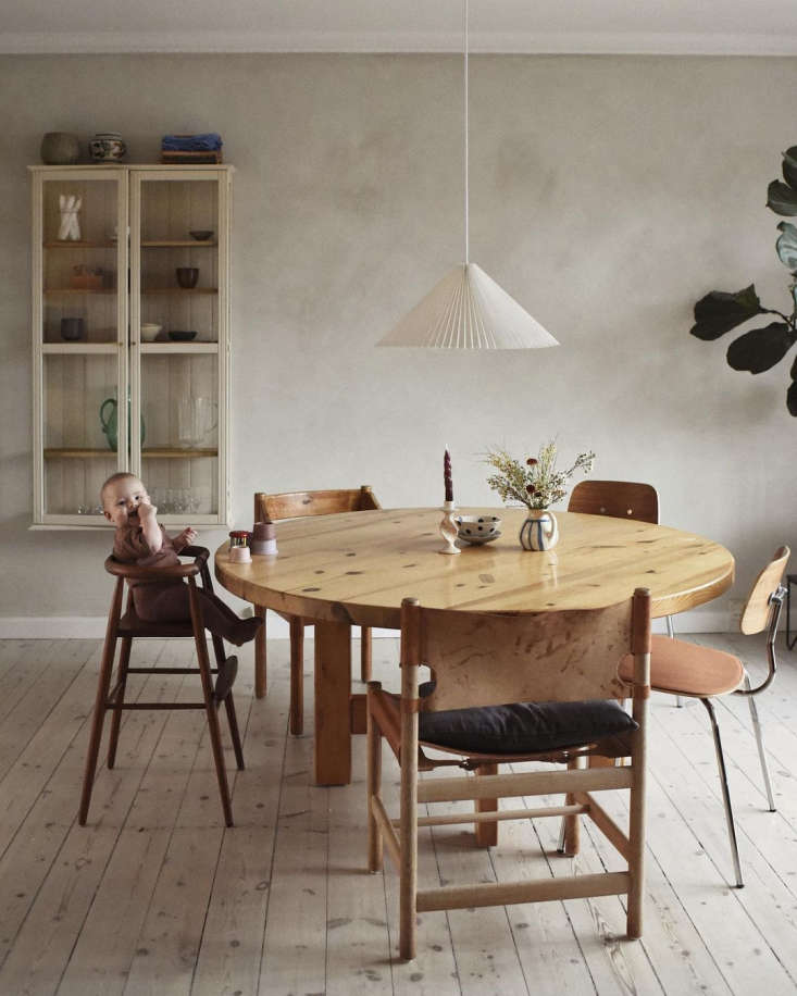 Magda at the Roland Wilhelmsson dining table, a new acquisition and the couple&#8