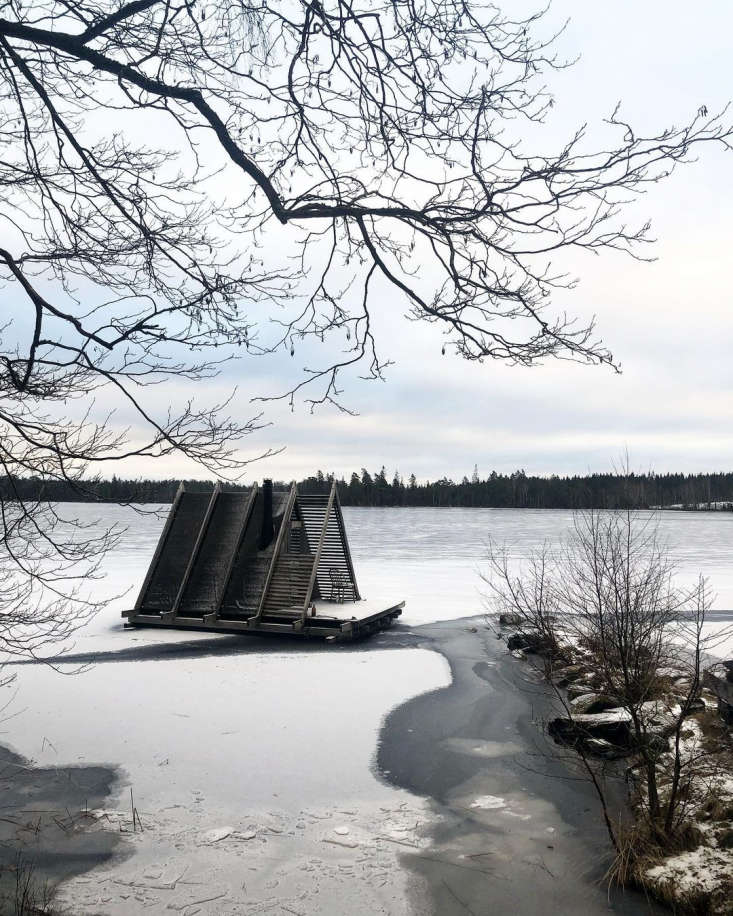 The floating sauna in winter. Photograph via @stedsansinthewoods.