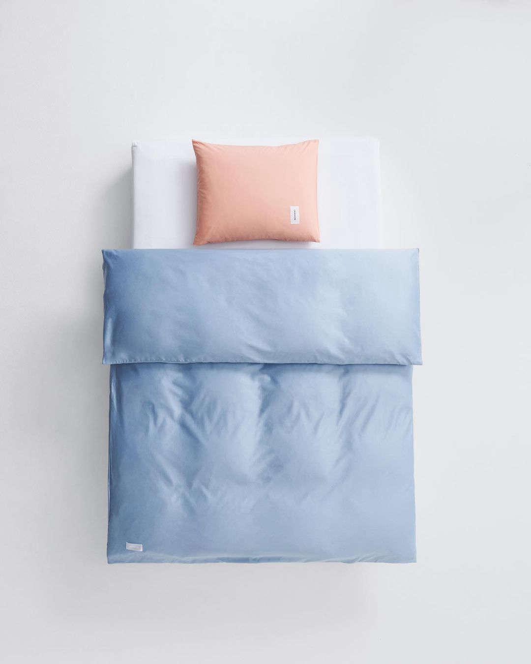 A capa de edredão de cetim de algodão Haze Blue.