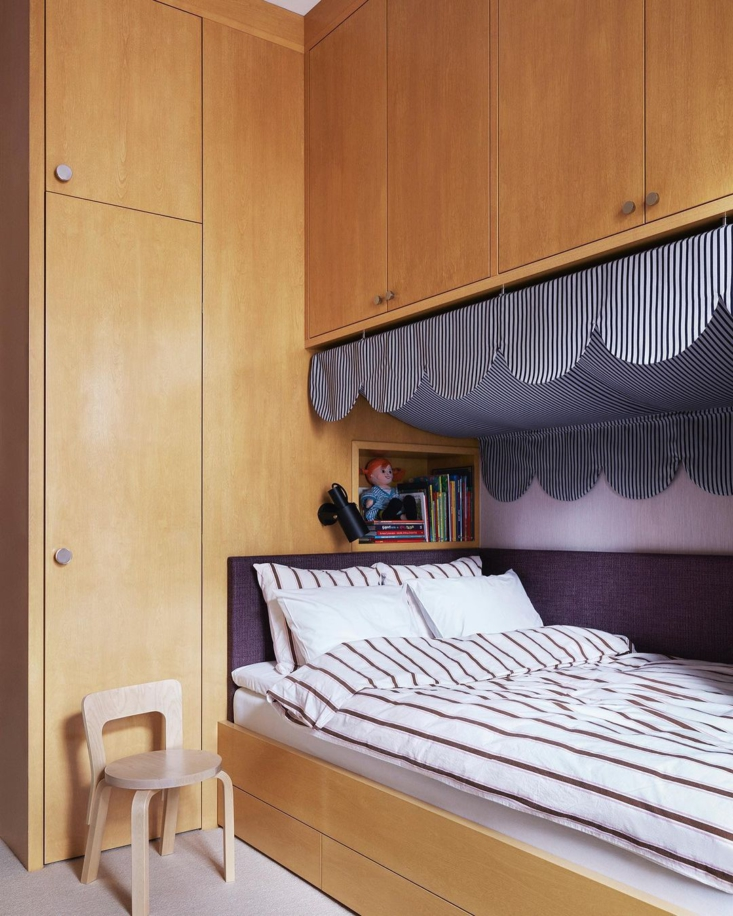 Striped scalloping crowns a built-in bed in a kid&#8