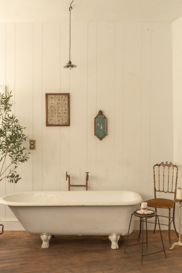 The studio lacks a kitchen but has a romantic bathroom. The French claw-footed tub is paired with Giuseppe Gaetano Descalzi&#8