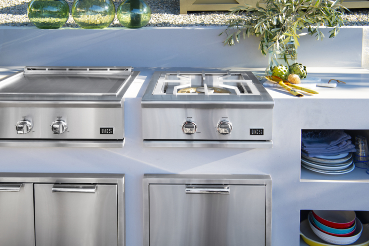 The flat-top 30S Griddle (left) is designed to add flexibility to any outdoor kitchen with separate temperature zones and precision thermostatic control, so you can cook different dishes at the same time. It can be built in or mounted on a freestanding cart and also has a slide-out drip tray for easy cleanup. At right is the S Power Burner.