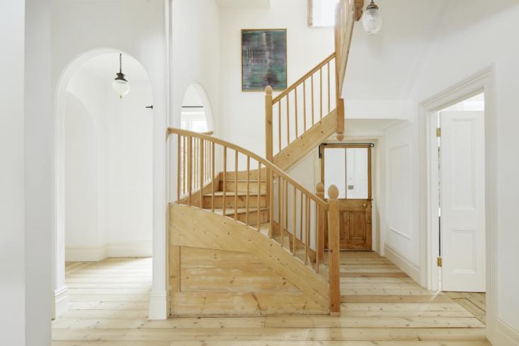 A casa tem uma mistura de piso de pinho original e piso novo, tudo sem tratamento e de acordo com o original.  A escada foi despojada de camadas e camadas de brilho brilhante, à mão, ao longo de dois meses, por um único artesão.