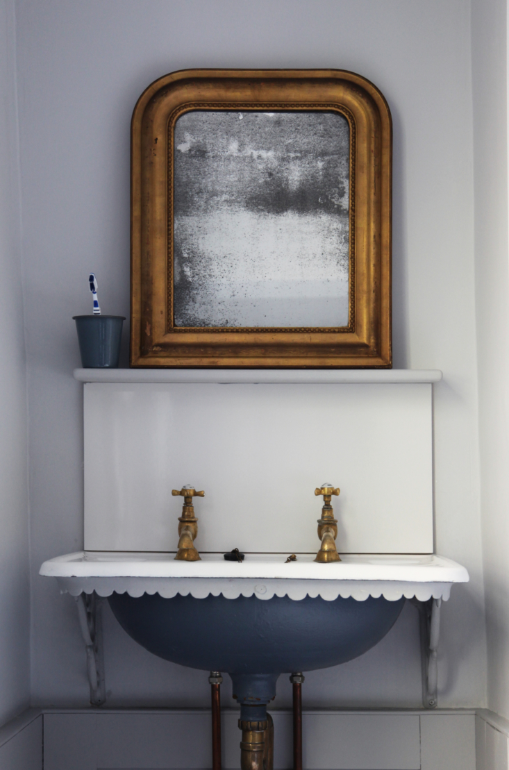 A Victorian sink in a Bath, England, bathroom design by Berdoulat Studio. The bowl is painted in Fired Earth&#8