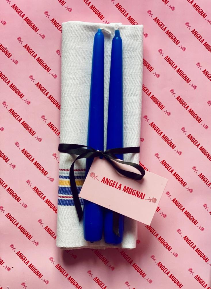 El set de regalo Blue Candles (9,90 €) contiene un sencillo paño de cocina a rayas y un par de conos azul cobalto.