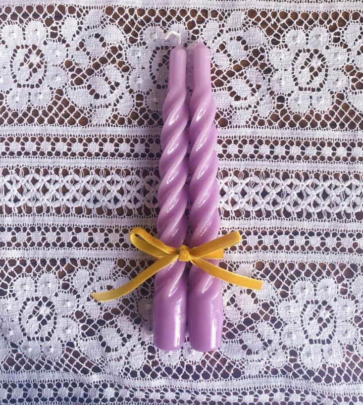 Las velas italianas torcidas están disponibles en violeta, rojo, marfil y rosa (£ 7.50 por un juego de dos).