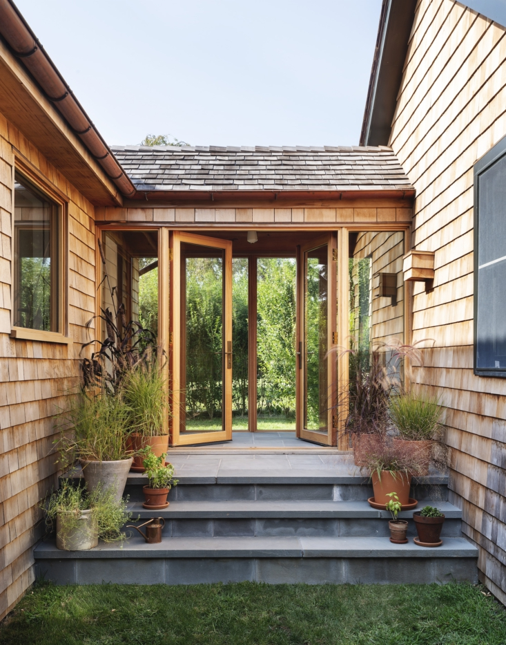 Workstead diseñó un pasillo cerrado con puertas de vidrio para conectar el anexo al edificio más antiguo.