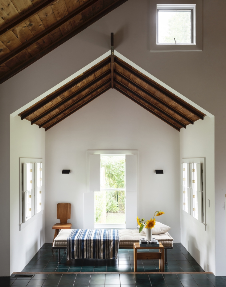 a sunny summer moment from a low key but subtly luxe beach house on shelter isl 9