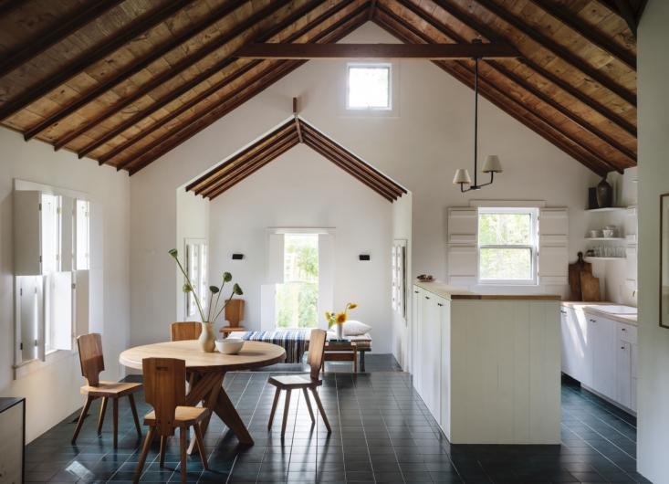 El equipo conservó los techos estilo catedral con paneles de pino originales en las habitaciones principales.  En la cocina, el refrigerador Sub Zero está escondido detrás de un frente con paneles de madera.