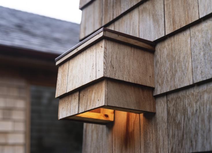 El equipo instaló un nuevo techo y revestimiento de tablillas de cedro, y reprodujo una luz de tablilla de cedro existente para iluminación exterior.