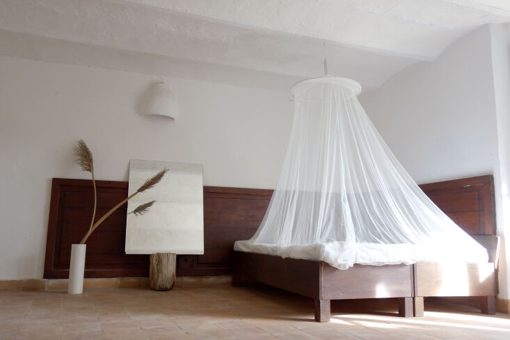 the lounge space is fitted with an airy mosquito net canopy. 15