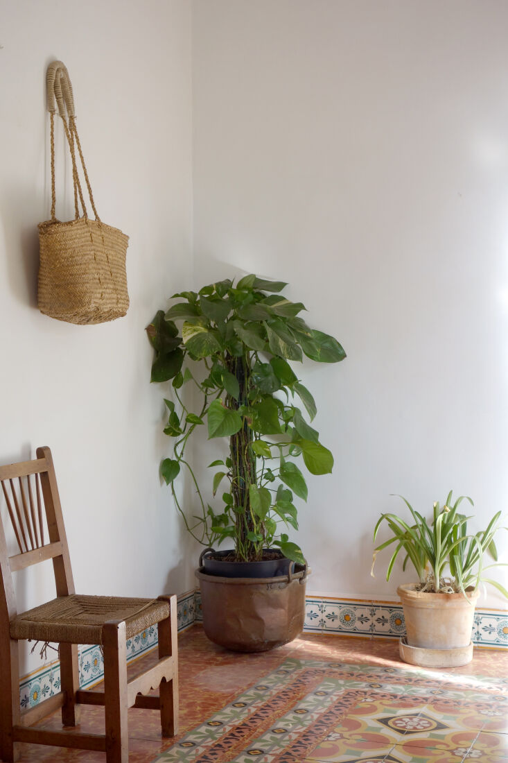 a summery note: straw bag as decor. 23