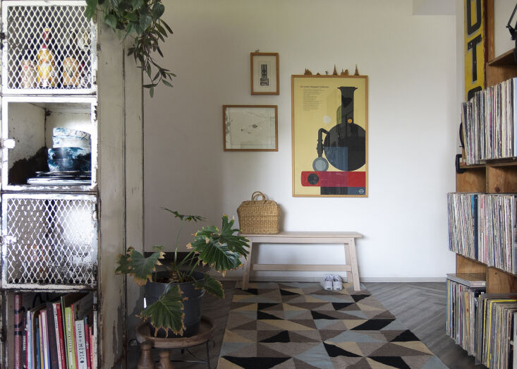 Kitchen of the Week A Mexico City Makeover in Apple Green A view of the entry, with the family&#8\2\17;s record collection and a framed print from the London Transport Museum. The wool rug is the Tapete Triangulos from Colorindio.