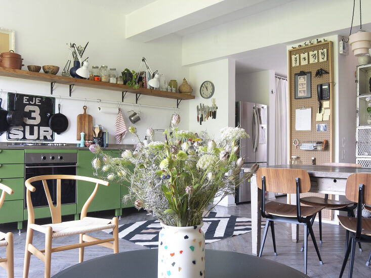 Kitchen of the Week A Mexico City Makeover in Apple Green Libia and Enrique couldn&#8\2\17;t decide what to use as a stove backsplash—and then they happened upon an enameled metal street sign. Note the fridge—it&#8\2\17;s tucked into the space that originally served as the kitchen.