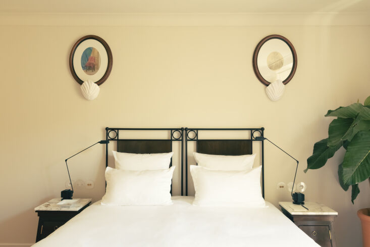 each of the \2\1 rooms and suites is named after a well known guest (inès de l 20